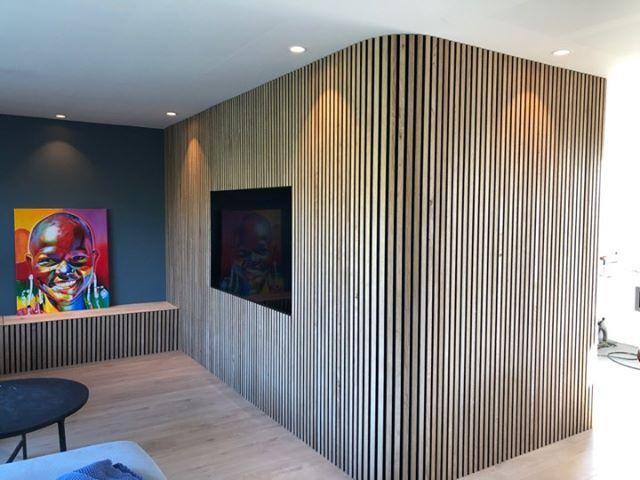 Sandahl & Madsen WoodUpp akupanel på væg med TV