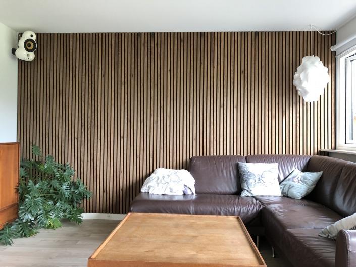 Sandahl & Madsen WoodUpp akupanel på væg ved sofa